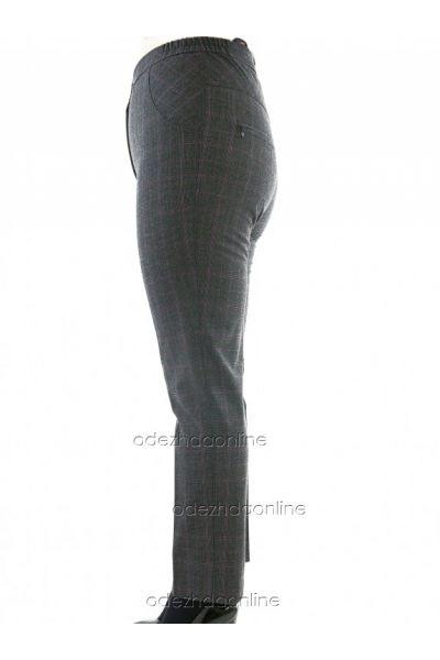 серые брюки в мелкую клетку