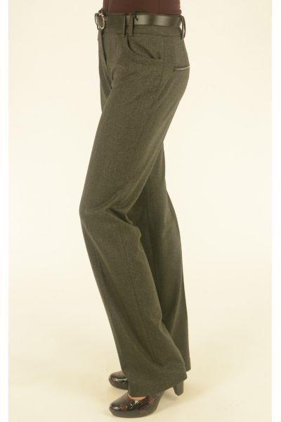 серые брюки с ремнем